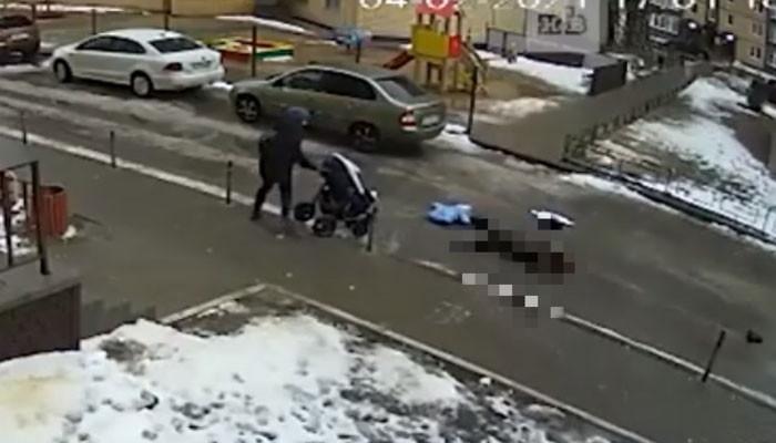 Упал на коляску с ребёнком