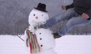 Мусорщика уволили за расправу над снеговиком