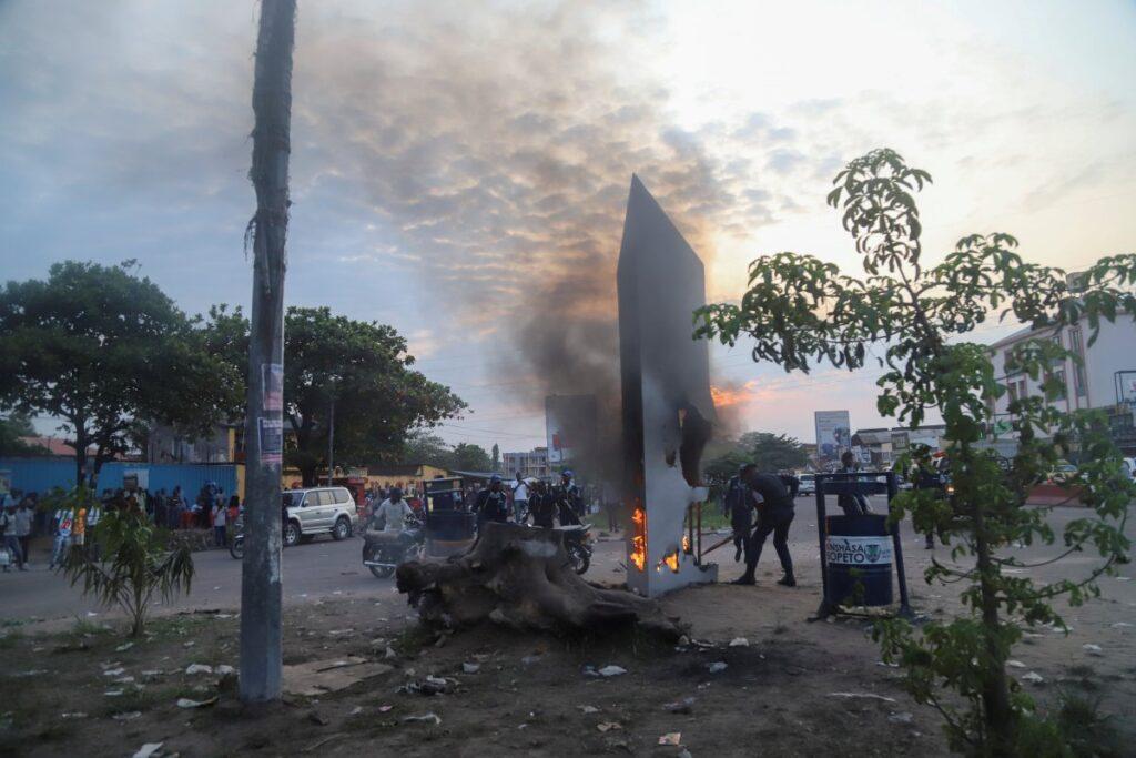 Жители Конго уничтожили загадочный монолит