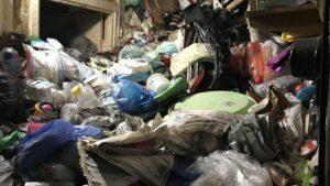 Пенсионерку насмерть завалило мусором в собственной квартире