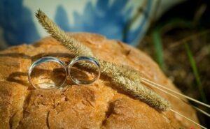 Мужчина нашёл золотое кольцо в буханке хлеба