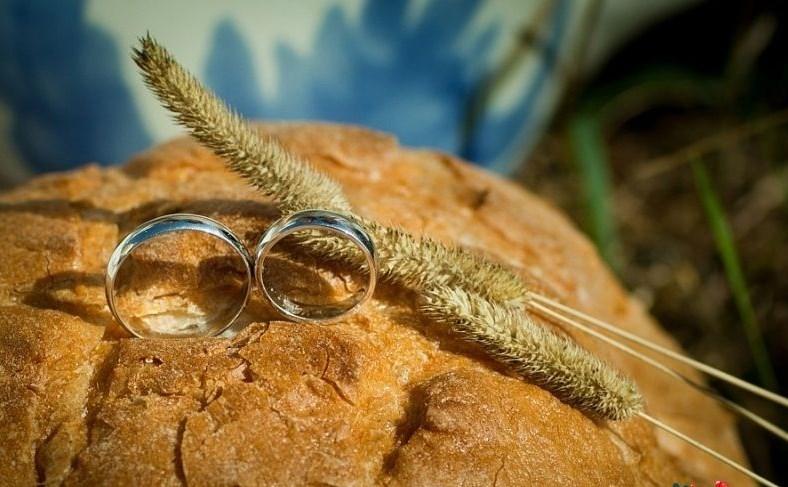 Мужчина нашёл в хлебе золотое кольцо
