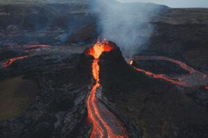 Опубликовано видео извержения вулкана Фаградальсфьяль в Исландии